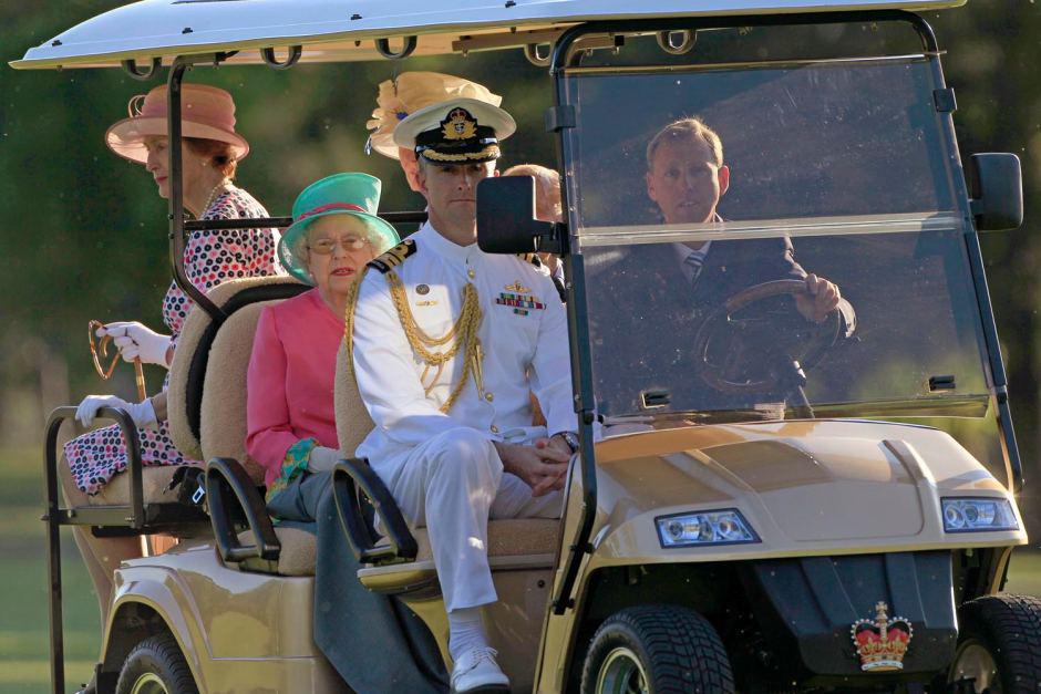 英国女王伊丽莎白二世乘坐优德88提款失败电动车